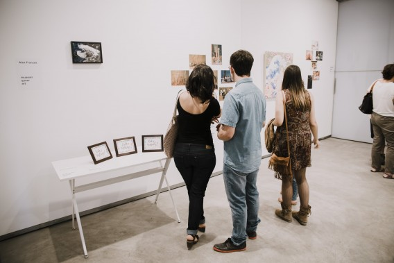 Anna Ruiz Sospedra & Giovanni Nardin contemplando Proyecto Sharia (fotografías) de Javier Velasco